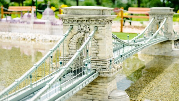 chain-bridge-with-parliament-in-the-background